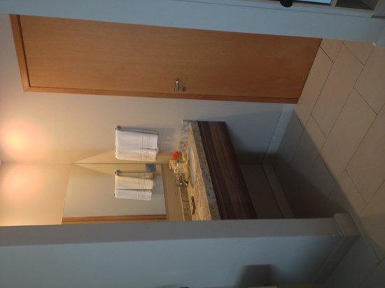 Comfort Campos dos Goytacazes: Pia do lado de fora do banheiro
