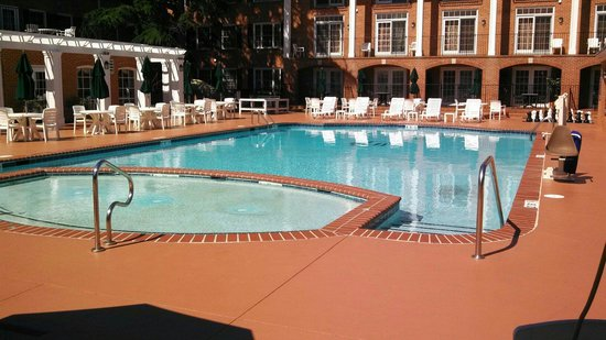 Westgate Historic Williamsburg Resort : A great swimming pool with a hot tub in the corner