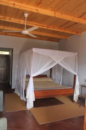 Tloma Mountain Lodge, Tanganyika Wilderness Camps: King size bed!