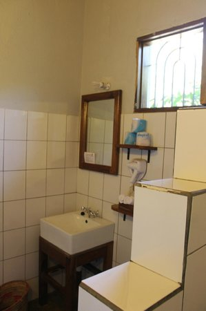 Tloma Mountain Lodge, Tanganyika Wilderness Camps : Nice clean and well equipped bathroom