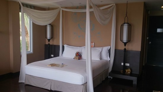 Mantra Samui Resort : king bed in wow room