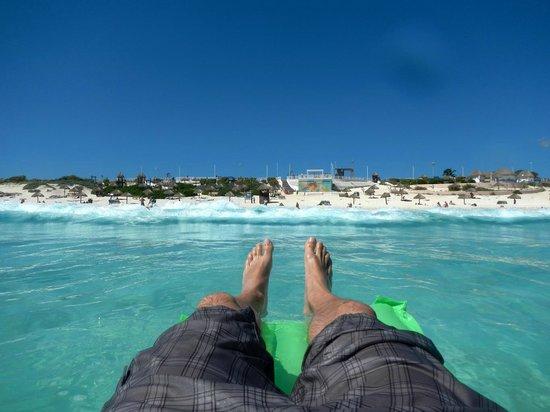 A verdadeira piscina de borda infinita, em Playa Delfines descobri o significado do Azul Maya.