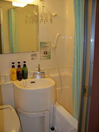 Shin-Osaka Station Hotel: Small Bathroom