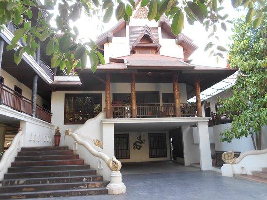 De Naga Hotel : Front of Hotel