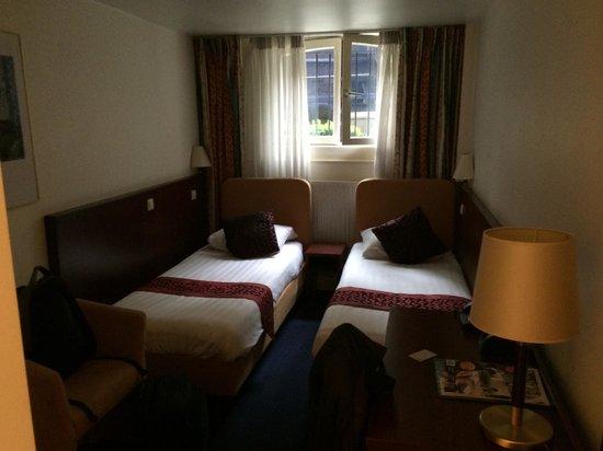 Hotel Alexander: Donkere kamers in kelder.