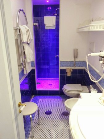 Luxury Villa Excelsior Parco: Bathroom with shower which changes colour