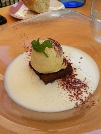Restaurante El Chalet : Brownie con sopa de chocolate blanco