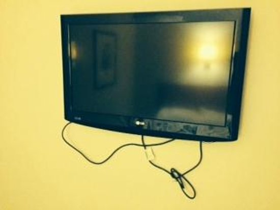 Holiday Inn Cardiff City Centre: Nice TV, shame about the cables