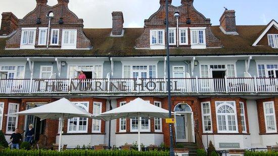 The Marine Hotel: 正面玄関