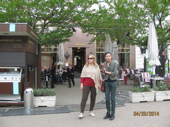 Gerbeaud: Em frente ao Café