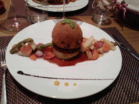 A Table : La Sphère de joue de boeuf croustillante, coeur de foie gras, jus corsé et pomme Anna.