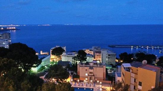 Hotel Blue Bay: By night