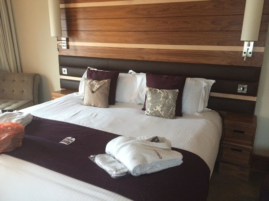 Casa Hotel: Huge bed