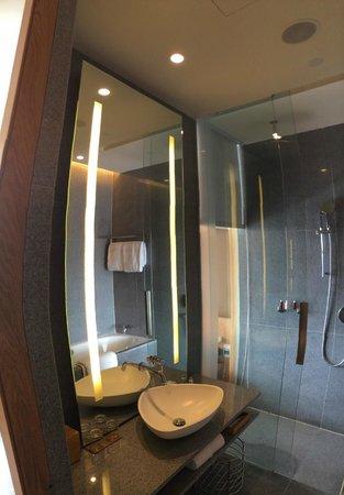 Oasia Hotel Novena, Singapore by Far East Hospitality: Modern Bath Facilties