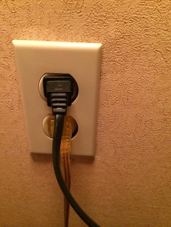 Quality Inn: Outlet behind nightstand
