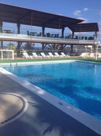 Blau Park Aparthotel: Swimming pool and hotel bar area.
