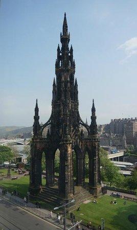 Mercure Edinburgh City - Princes Street Hotel : Monumento a Scott