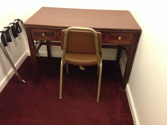 Travelodge Klamath Falls: Strange nook with a desk and chair.  Face the walls on three sides!