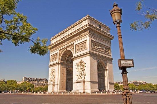 Hôtel Kleber Champs-Élysées Tour Eiffel Paris : Walking distance to the Triumph Arch