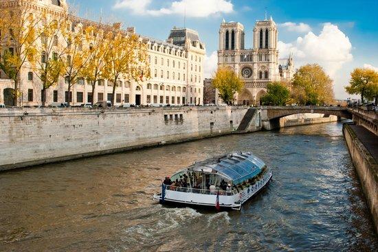 Hôtel Kleber Champs-Élysées Tour Eiffel Paris : Walking distance to the River