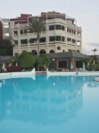 Gran Tacande Wellness & Relax Costa Adeje : Looking over the bigger pool......colder make that!