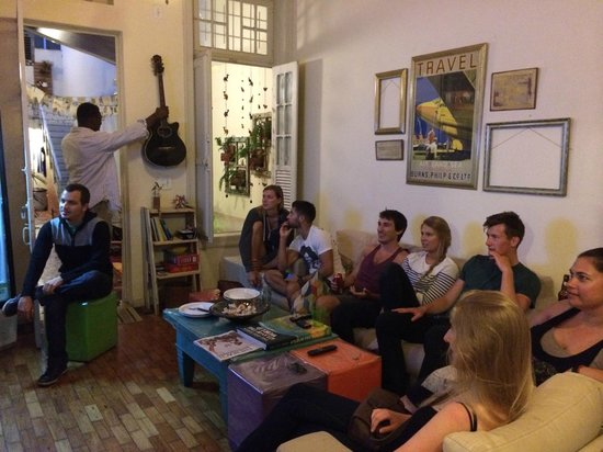 Discovery Hostel: Everyone gathered to watch futbol