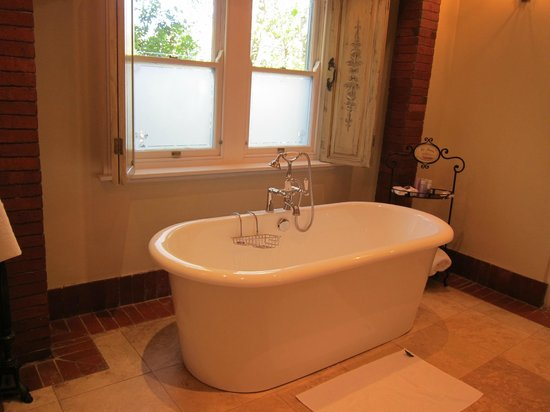 Franschhoek Country House & Villas: lovely soaking tub