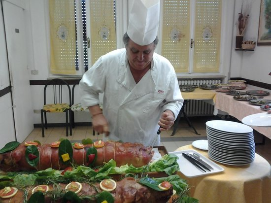 Borgo Priolo, Italie : Lo chef Giampiero all'opera:il taglio della porchetta