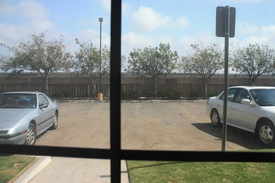 La Quinta Inn Ventura: View from our room onto the parking lot