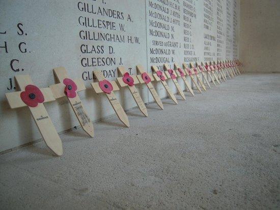 Frontline Tours: menenpoort vooral britse herdenkingskruisjes
