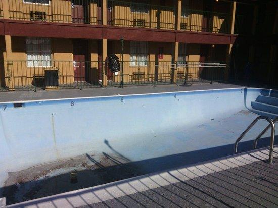 Ramada Flagstaff East : The swimmingpool on June 2 ,2014
