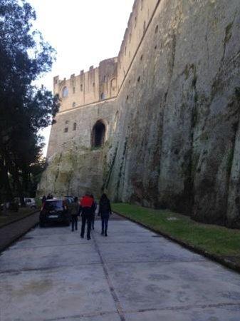 Castel Sant'Elmo : la parete est in parte scavata e in parte costruita