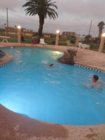Days Inn Corpus Christi Beach: Pool area during the evening