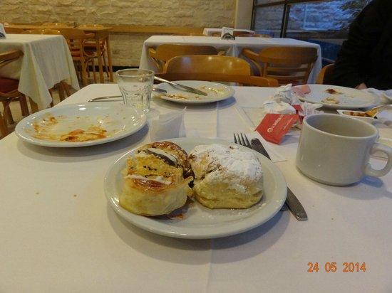 Sarmiento Palace Hotel: Café da manhã com muitos pães doces
