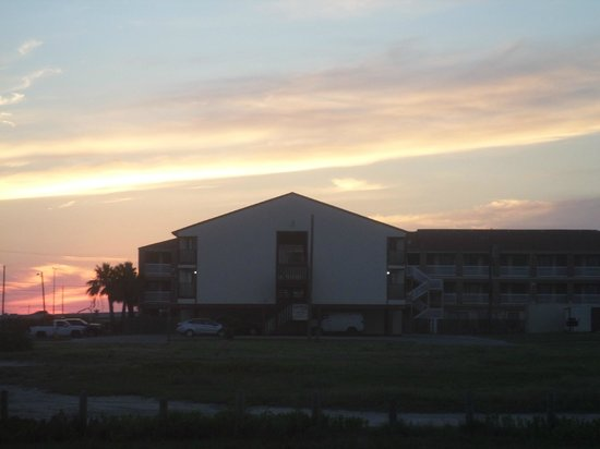 Days Inn Corpus Christi Beach: View of hotel from the beach