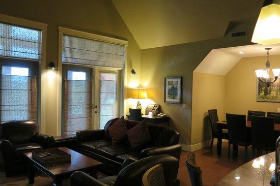 Solara Resort & Spa: Family/Living Room and Dining Room