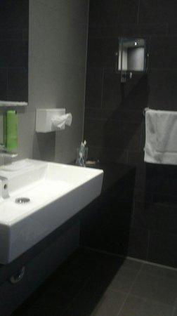 XO Hotels Park West : under floor heating in ensuite bathroom