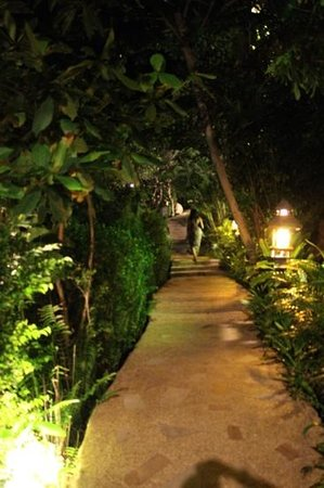 Santhiya Koh Phangan Resort & Spa: sanithya resort at night.....