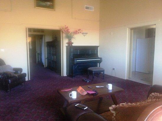 Jerome Grand Hotel: Main living area/piano