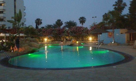 Stamatia Hotel: Бассейн и ночная подсветка