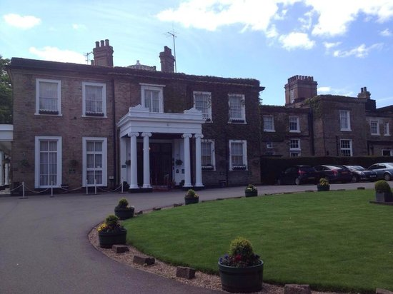 Ringwood Hall Hotel : The front entrance view