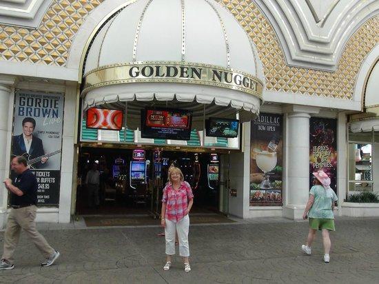 Golden Nugget Hotel: Entrée extérieure de l'hôtel située dans une rue animée