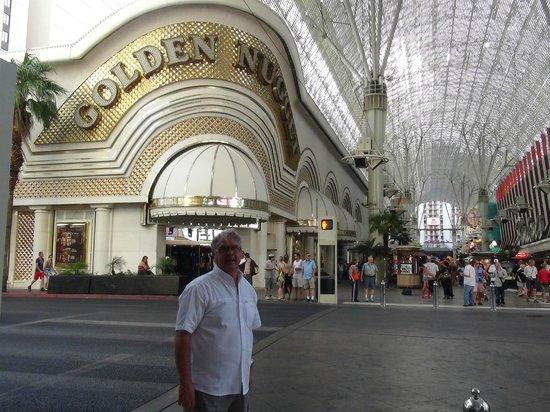 Golden Nugget Hotel: Entrée extérieure de l'hôtel rue située dans un large dome