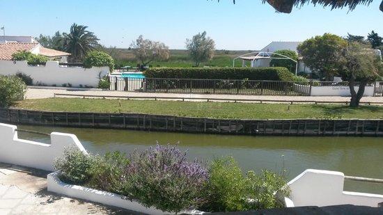 L'Auberge Cavaliere Du Pont Des Bannes: étang vu de la salle de jeu