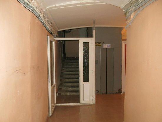 Elegiya: Ascensor para subir al hotel