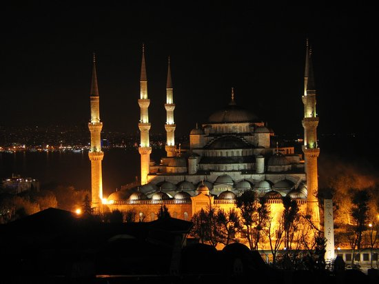 Deluxe Golden Horn Sultanahmet Hotel: View from Restaurant - Blue Mosque