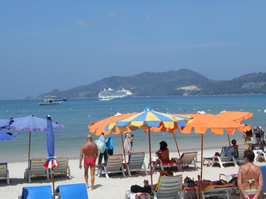Patong Beach Bed and Breakfast: Strand vis a vis Hotel