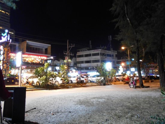 Patong Beach Bed and Breakfast: Hotel bei Nacht