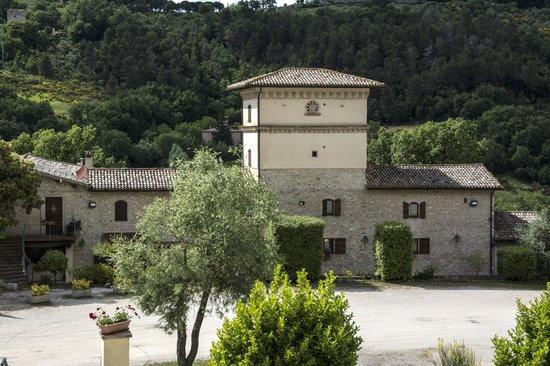 Valle Rosa: Il parcheggio e la zona ristorante vista dalle camere