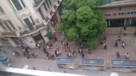Jinjiang Inn Shanghai Nanjing Road Pedestrian Street: 部屋から南京東路を見下ろす